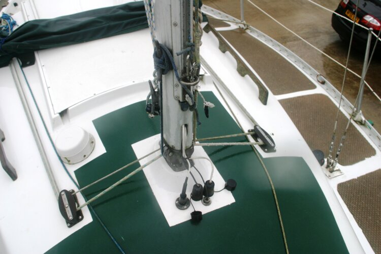 Master Marine Eygthene 24 Detail around the mast