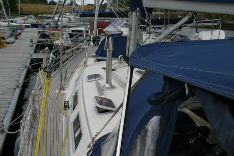 Hanse 411for sale View forward - Port side walkway