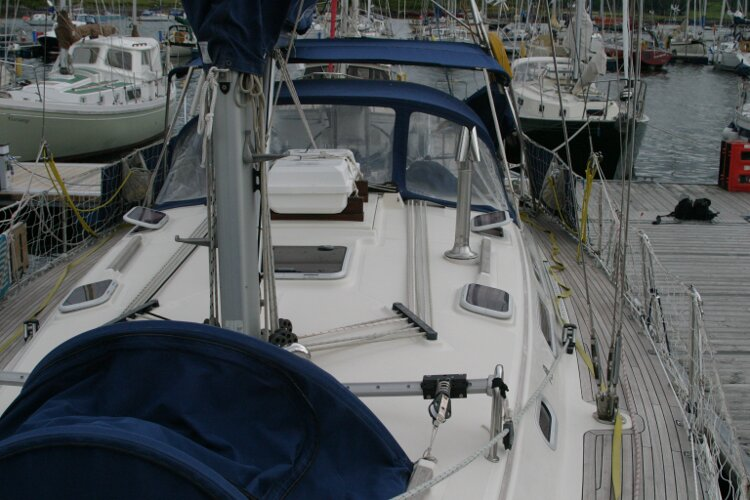 Hanse 411for sale Port side walkway - looking aft