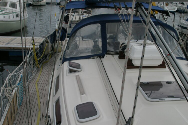 Hanse 411for sale Starboard side walkway, looking aft -