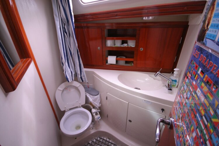 Hanse 411for sale Inside the Heads Compartment -