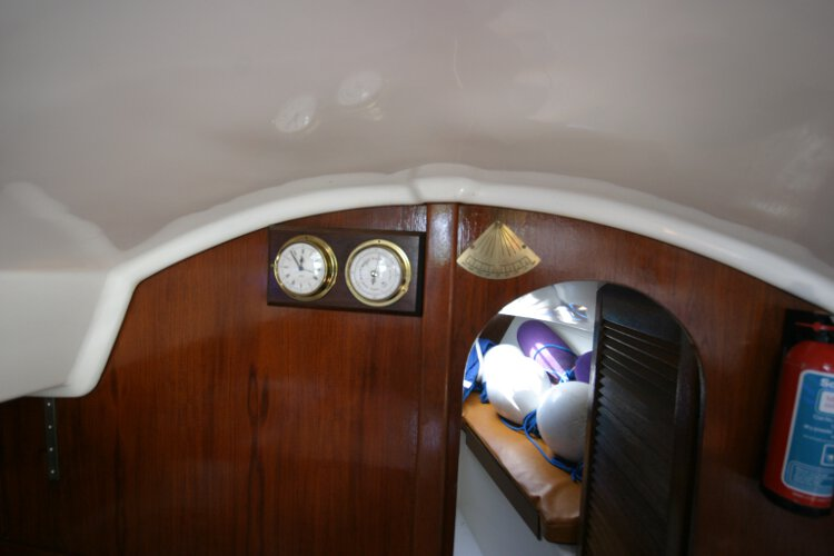 Master Marine Eygthenefor sale Saloon detail - Clock and barometer