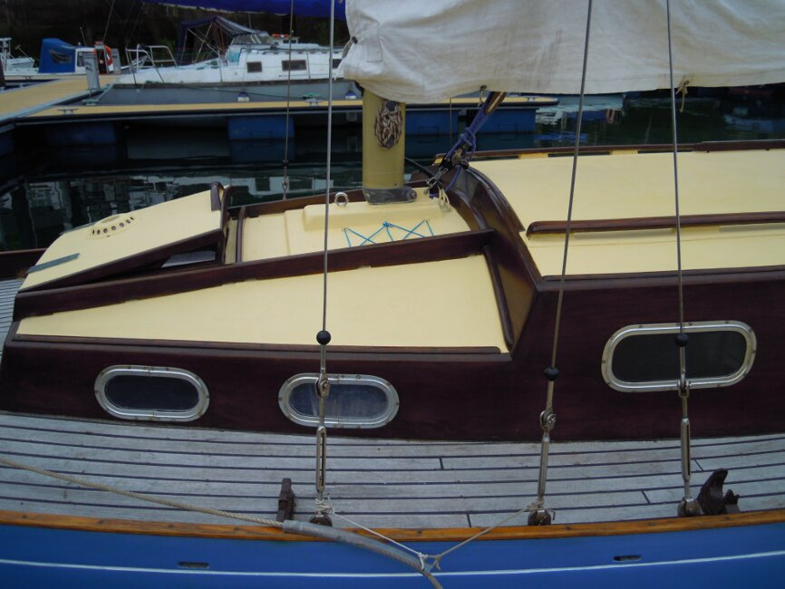 Wooden Classic 29 foot Bermudan Sloopfor sale Portside walkway, midships view - Owner's photo
