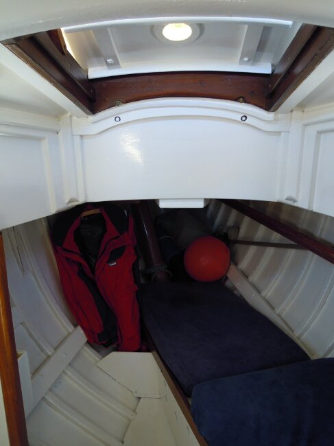 Wooden Classic 29 foot Bermudan Sloop Forcabin with hatch and single berth