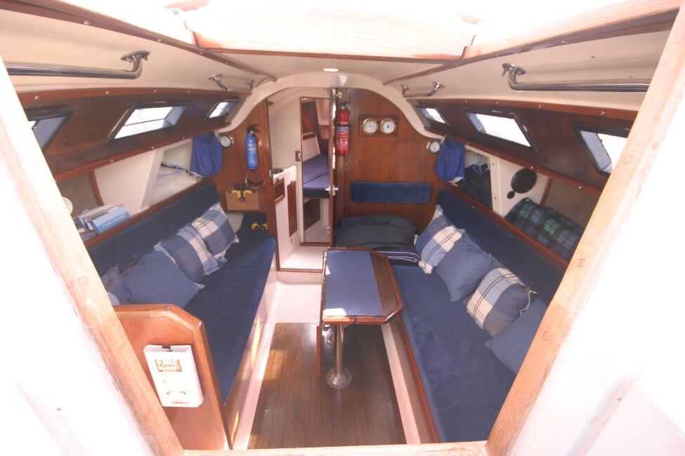 Thames Marine Everitt YCA 29 Looking into the companionway