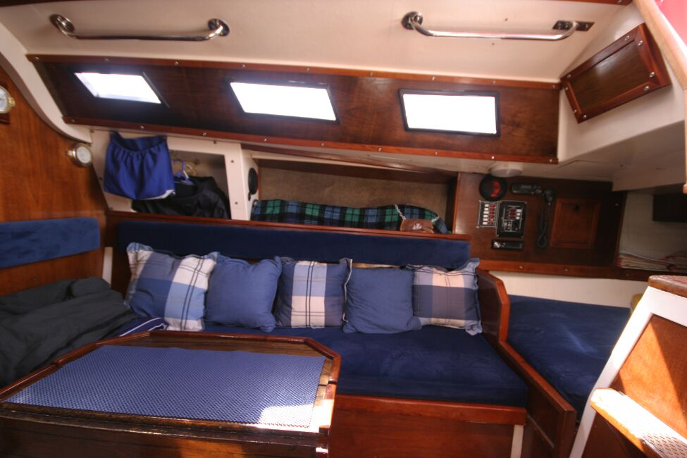 Thames Marine Everitt YCA 29 Seating/Dining area