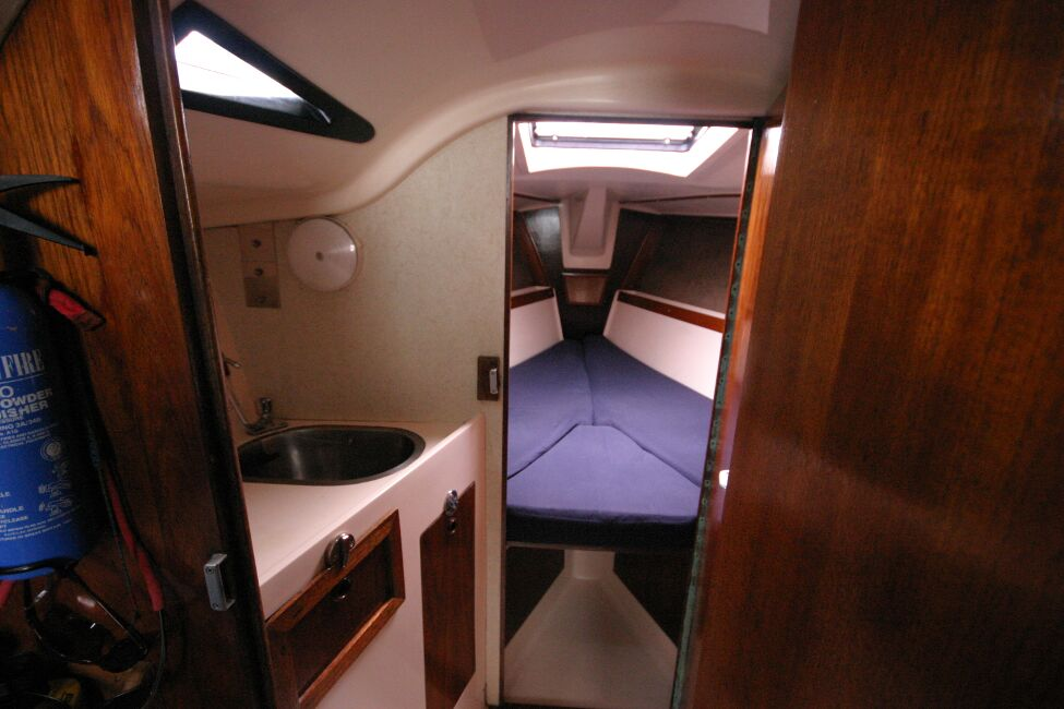 Thames Marine Everitt YCA 29 View forwards into heads and forward cabin