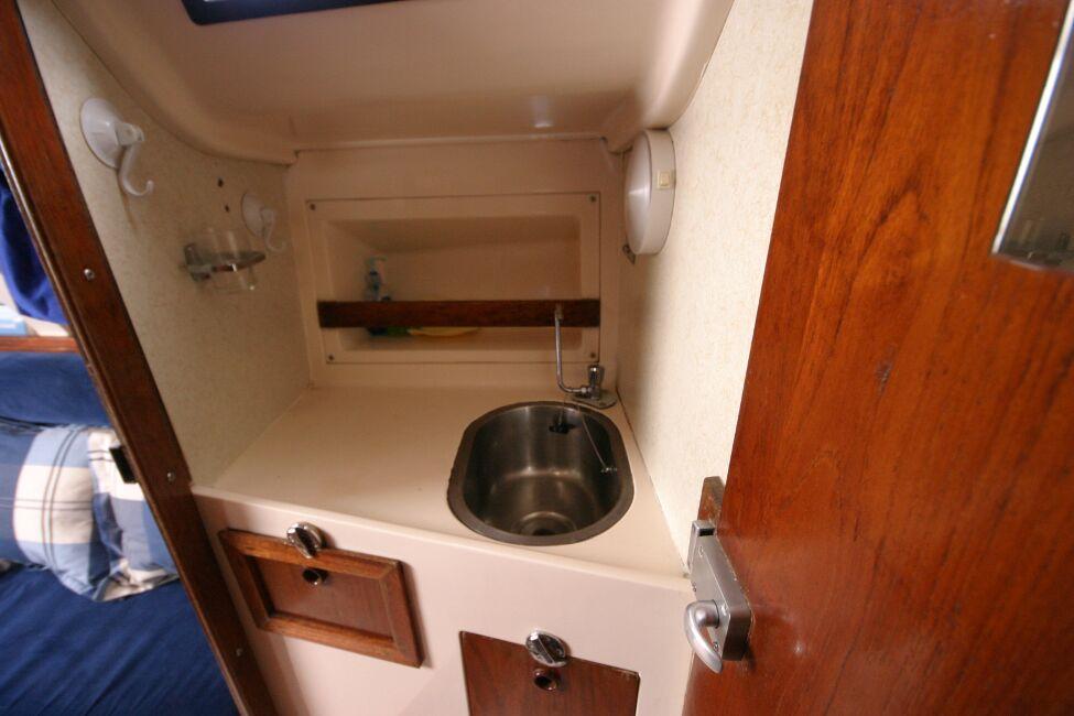 Thames Marine Everitt YCA 29 Hand basin to port