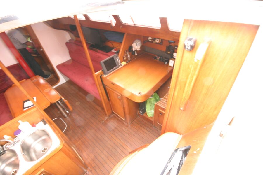 Jeanneau SunShine Regatta 38for sale Looking into the companionway entrance - Starboard