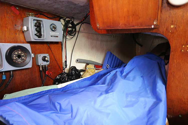 Van de Stadt Pioneer 9for sale Quarter berth - Situated to starboard, note the instruments
