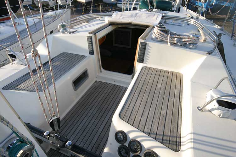 Jeanneau Trinidad 48 Ketchfor sale Forward area of the cockpit -
