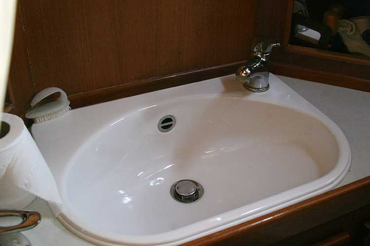 Jeanneau Trinidad 48 Ketchfor sale Sink in main heads -